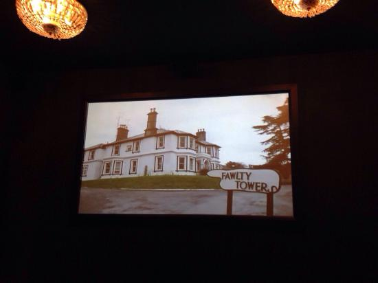 Hotel Mabi: Film kijken in de filmzaal.