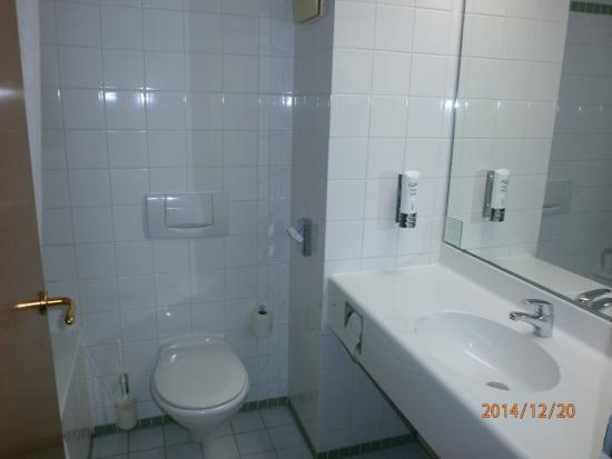 Highway Hotel: une salle de bain correcte et propre