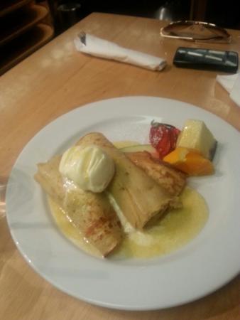 Miyazu Japanese Restaurant: Tepanyaki Banana with ice cream and hot orange sauce