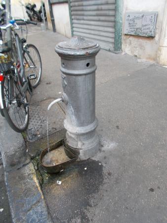 Fontanella Romana Nasone.Una Fontanella Romana In Via Dei Serpenti Foto Di Nasoni