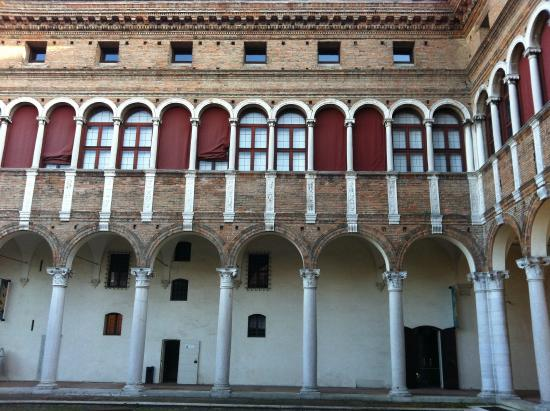 Palazzo di Ludovico il Moro (Palazzo Costabili): Cortile del Palazzo di Lodovico Il Moro
