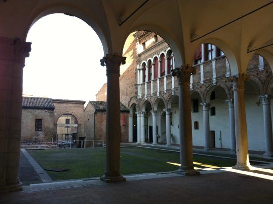 Palazzo di Ludovico il Moro (Palazzo Costabili): Corte del Palazzo di Lodovico Il Moro