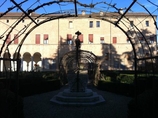 Palazzo di Ludovico il Moro (Palazzo Costabili): Veduta dal giardino del Palazzo di Lodovico Il Moro