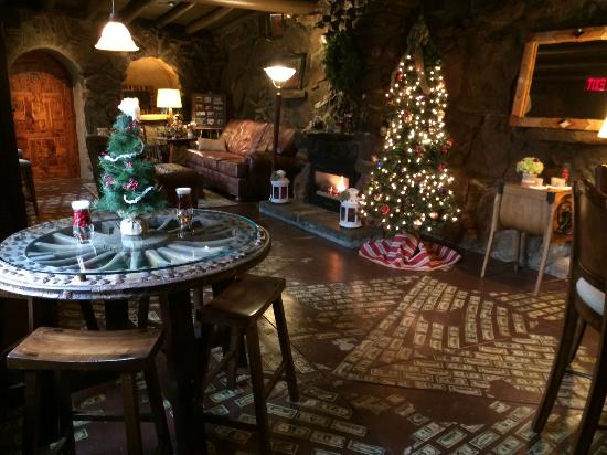 Cedar Rock Inn: Cozy sitting room, decorated for the holidays