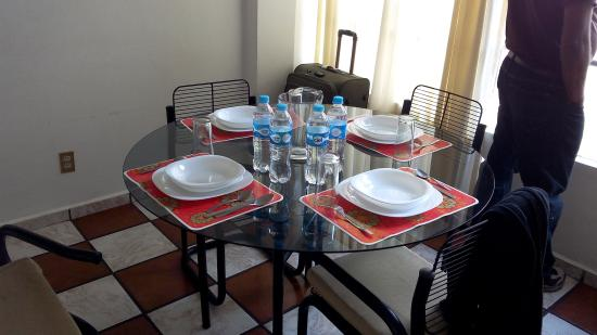 Apartamentos-Hotel Avilla: Dining table with ceramic items