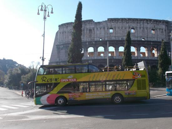 Roma Cristiana Hop On Hop Off Bus : il passaggio a fianco al colosseo