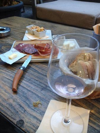 Le Cercle : Une petite planche de charcuterie et un verre de rosé... Le top!!!!