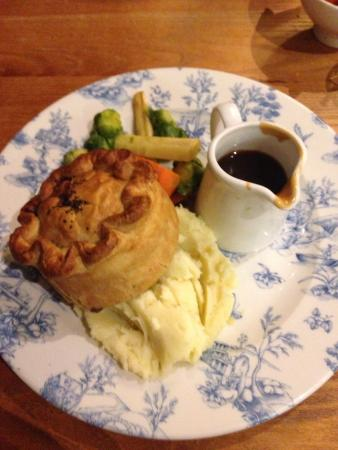 Blundell Arms: Steak and ale pie, beautiful