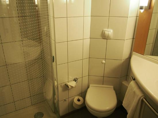 Ibis Warszawa Reduta : ванная
