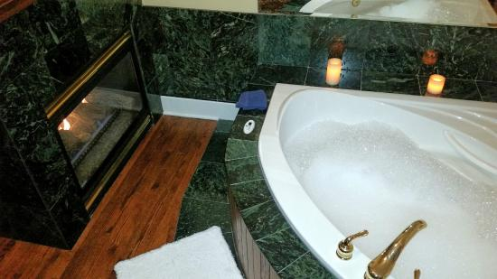 Calgary Westways Guest House: The Scollen room soaker tub