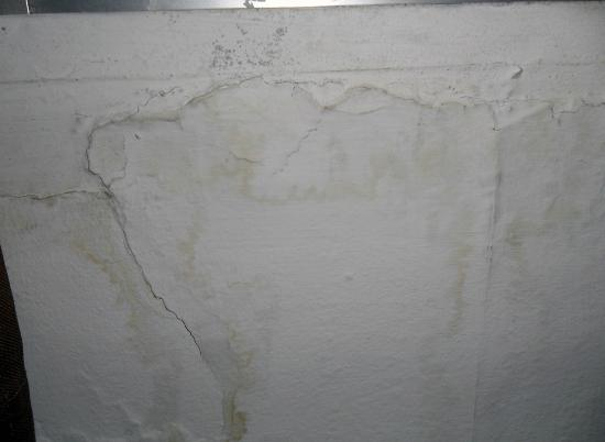 Comodoro Apartments : Stained Walls