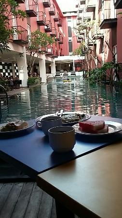 Amaris Hotel Legian : Sarapan di tepi kolam.