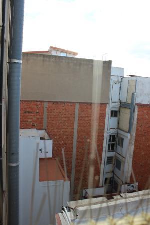 Hotel Urbis Centre : vistas desde miniterraza a patio interior
