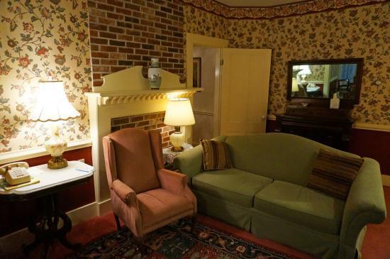 Mira Monte Inn: Living Room