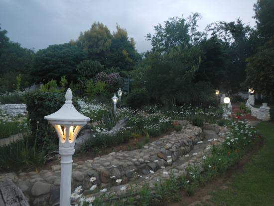 De Opstal Country Lodge: winding pathways