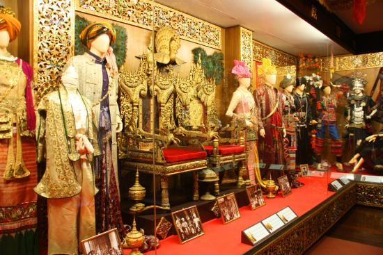 Oub Kham Museum: old dress