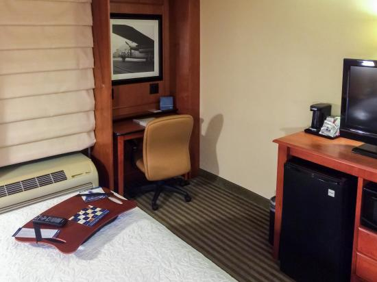 Hampton Inn Chicago-O'Hare International Airport: Desk & In-Room Amenities
