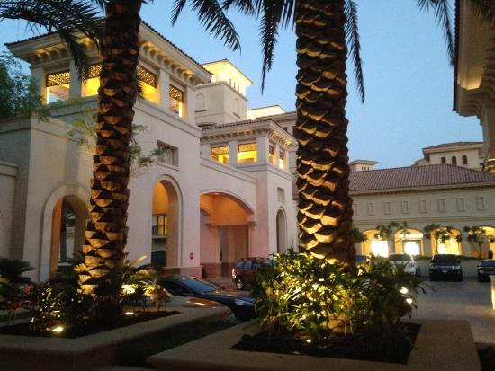 The St. Regis Saadiyat Island Resort: Hotel entrance