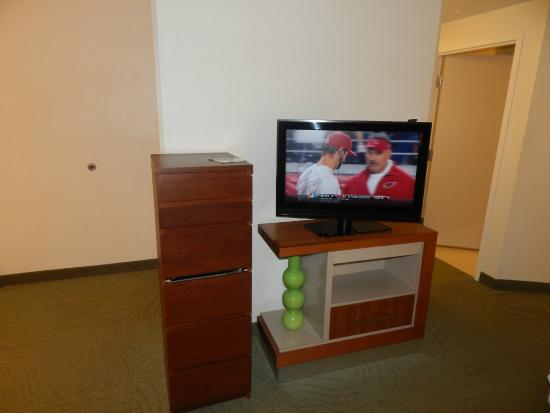 SpringHill Suites Fairfax : Television with misplaced cabinet