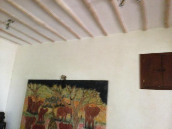 Galu Sea Lodge -Tamani : Damp walls