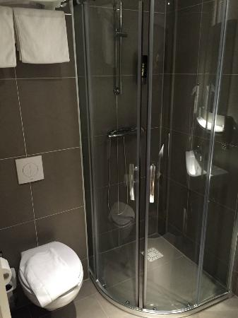 Hotel Espresso: Mooie schone badkamer