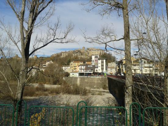Hotel Sanchez: El hotel con Aínsa al fondo desde el puente