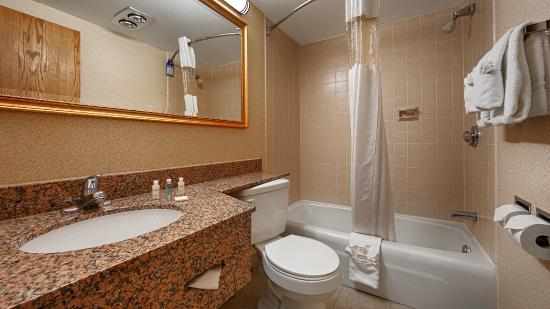 BEST WESTERN Hospitality Hotel & Suites: Guest Bathroom