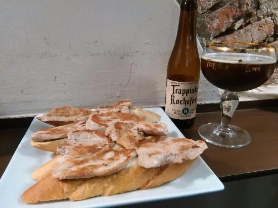 A de Arco: Tapa de solomillo con torta de la serena acompañado de una buena cerveza belga.