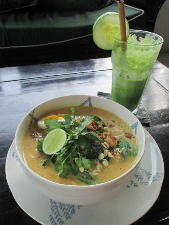 The Elephant Restaurant & Bar: fresh juice and coconut curry soup