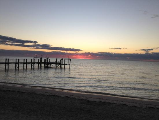 Cocoplum Beach & Tennis Club & Marina: Sunset from beach