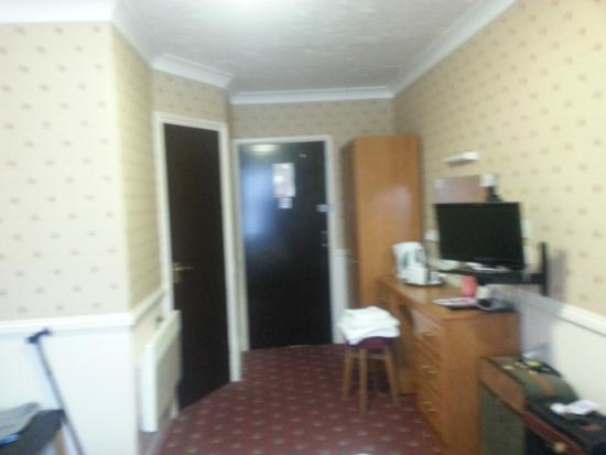 Premier Inn Maidstone (Leybourne) Hotel: Looking from window to door, which enters out to the hall.