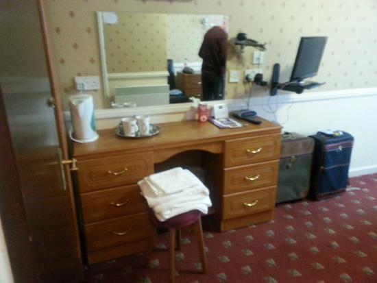Premier Inn Maidstone (Leybourne) Hotel: This is plenty big enough,  Tea also Coffee faciltys.