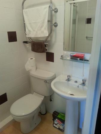 Premier Inn Maidstone (Leybourne) Hotel: The Bathroom, Mirrow clean no smears.