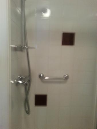 Premier Inn Maidstone (Leybourne) Hotel: Shower.also bath.