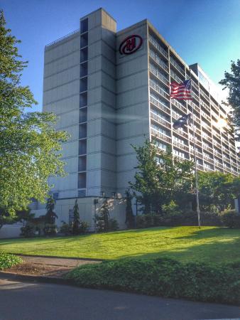 Hilton Eugene: Hotel exterior