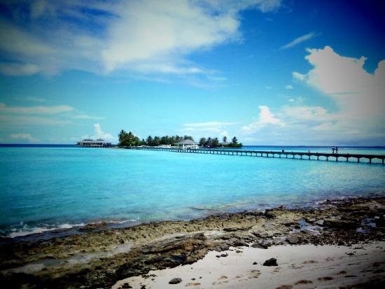Sun Island Beach: Вид с острова на причал, где Итальянский ресторан, дайвинг центр