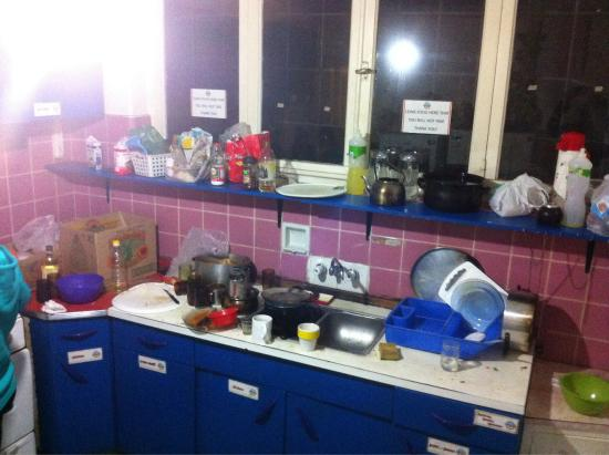 Punto Sur Hostel: Dishes left for hours while people are trying to cook.