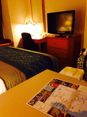 Comfort Inn & Suites Salinas: Counter top, king bed, writing desk and tv