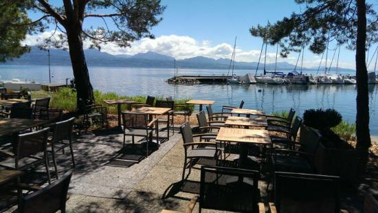 la terrasse avec une vue magnifique sur le lac l man. Black Bedroom Furniture Sets. Home Design Ideas
