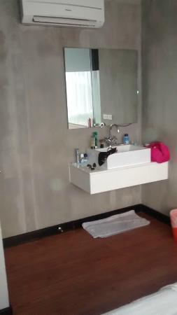 The Belle Resort: Lavabo sans lumière et robinet non fixé