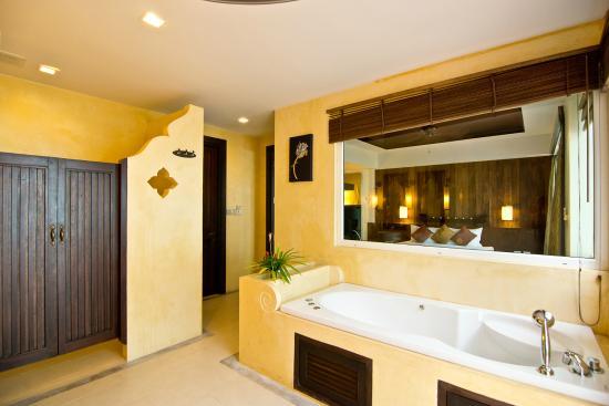 Anyavee Tubkaek Beach Resort: Jacuzzi in 1 & 2 Beachfront Pool Villa