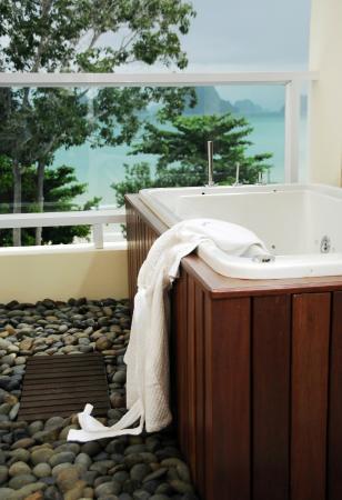 Anyavee Tubkaek Beach Resort: Jacuzzi on Balcony