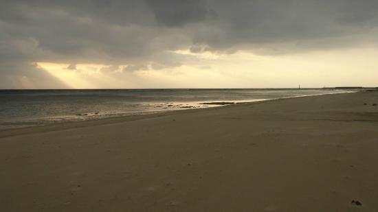Tomori Beach : 朝の海岸線