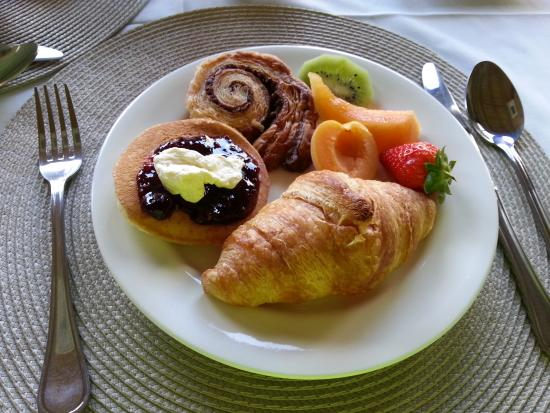 Gaikou Lodge: Breakfast pastries and fruit