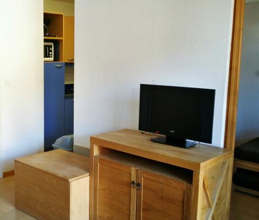 Madame Vacances Residence Le Parc des Airelles: cuisine, télé et chambre