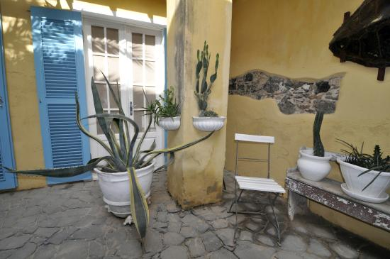 Migrante Guesthouse : A corner in the central courtyard - Image copyright Brian Heagney