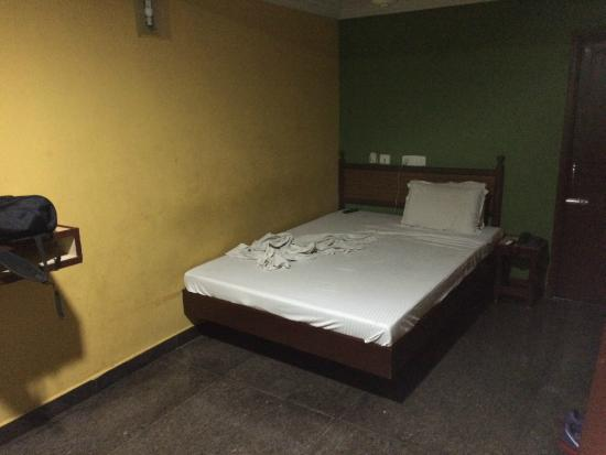 OYO 9343 JP Residency: Horrible smelly sheets