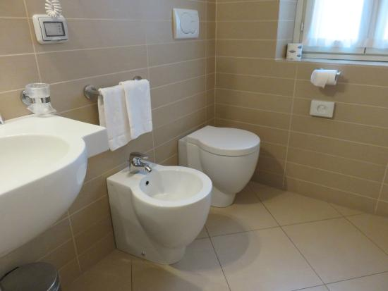 Hotel dei Macchiaioli: Clean and well-equipped bathroom