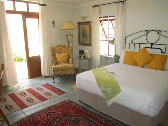 Gooding's Groves Olive Farm & Guest House : King bed in en suite room decorated Country French