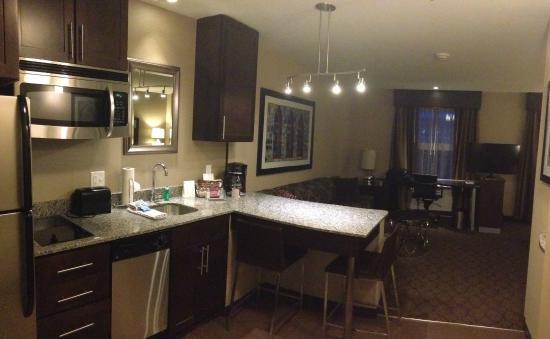 Residence Inn Boston Needham: kitchen and living area